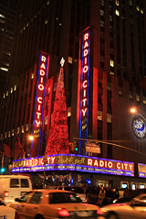 Radio City Music Hall (Jan Ronald Crans) Tags: christmas xmas usa newyork night america neon december nightshot taxis amerika cabs radiocitymusichall 2008
