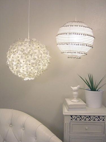 two paper lanterns: flowers and pom poms por craftynest.