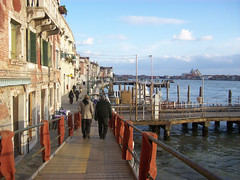 (Pra onde eu vou, venha tambm) Tags: venice winter people sun color digital landscape europe kodak walk places colored