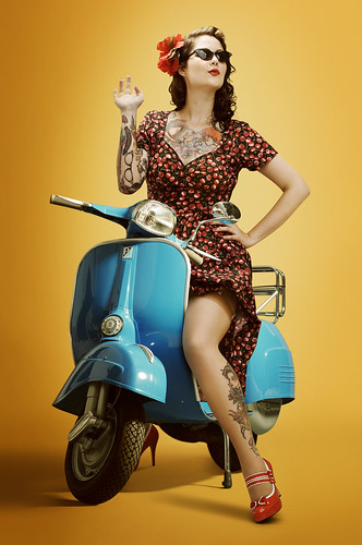 フリー画像|人物写真|女性ポートレイト|白人女性|ドレス|刺青/タトゥー|花飾り|バイク/オートバイ|スクーター|フリー素材|