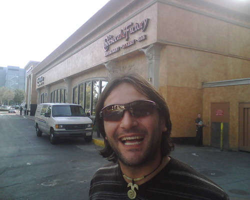 Daniele davanti al Cheesecake Factory
