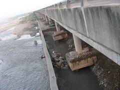 圖八、國道四號神岡段6.6K處高架橋基樁一再被淘空,國工局雖特地構置三 層沈箱保護,但還是照淘不誤。