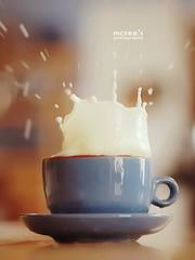 097/365 ~ splash (mc_zr) Tags: cup 50mm milk bokeh 365 splash project365 olympuse410