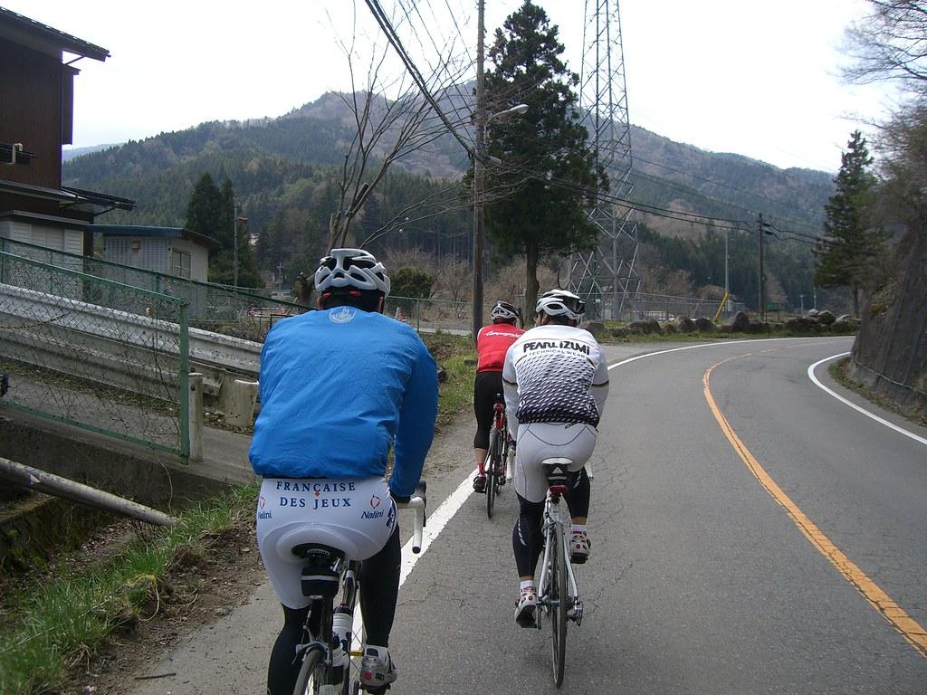 山伏峠へ登りはじめる一行