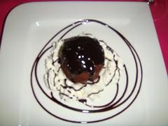 Tarta rellena de chocolate caliente