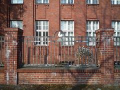 Da kräht ein Hahn nach (SebastianBerlin) Tags: berlin rot fence germany cock zaun 2010 neukölln hahn rudow ziegel петух забор guessedberlin берлин германия изгородь kanalstrase gwbartie