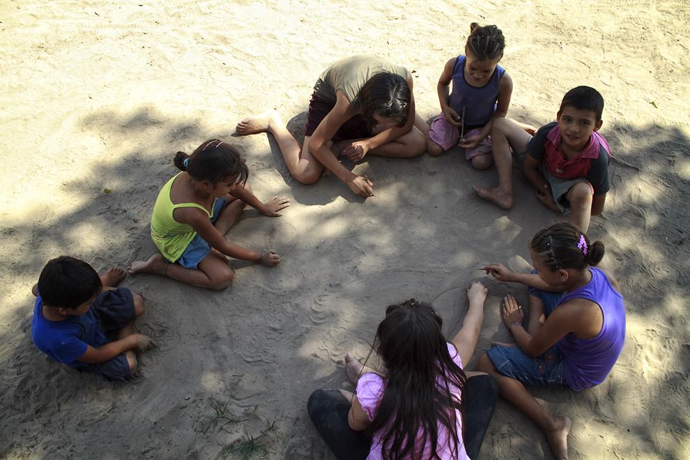 Niños jugando en el suelo una tarde calurosa en Puerto La Niña. (Puerto La Niña, San Pedro, Paraguay - Tetsu Espósito)