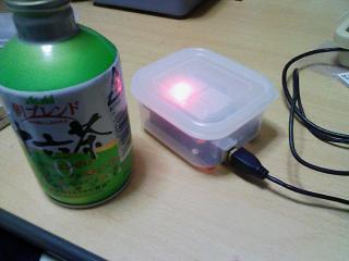 100均容器Arduinoにフタをして空き缶と並べて みると、かわいらしい感じ
