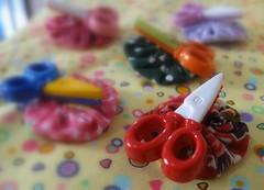 Detalhes * (Estefnia Zica) Tags: sew fabric boto button fuxico yoyo scissor tecido costura kitcostura scissorcase estefaniazica portatesouras cabeadepapel fanazica fanabezica