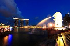 Glowing Merlion  (June 2010) (Mel Mijares) Tags: longexposure gambling bulb google singapore nightshot bokeh science f1 entertainment ndp bluehour sands casion merlion skypark marinabaysands heartofsingapore touristspotinsingapore newinsingapore merlionjune2010