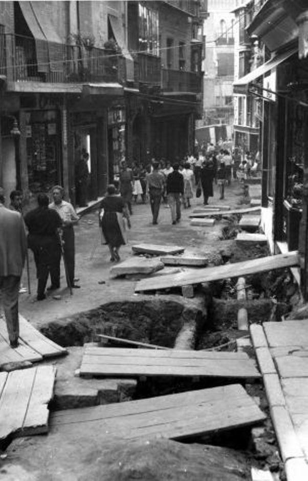Obras de canalización de las aguas del río Torcón en Toledo en 1948. Calle Comercio