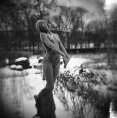 sculpture (rotabaga) Tags: göteborg gothenburg sverige diana lomo toycamera mellanformat mediumformat 6x6 120 neopan400 lightleaks ljusläckage trädgårdsföreningen sweden 031 dimman gustenlindberg 1975 brons heden bronze sculpture skulptur