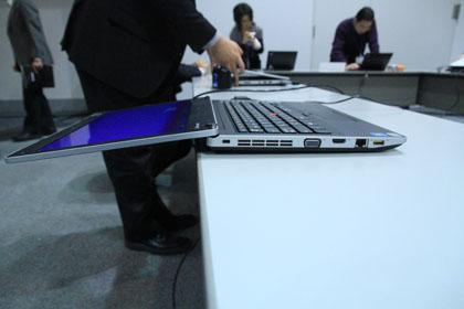 ThinkPad Edge 13 フラットにモニターを倒せる