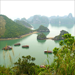 a wonderful bay......... (atsjebosma) Tags: sea mountains nature reflections landscape boats boten vietnam bergen bewolkt halongbay baai nosun cloudyweather supershot wonderfulplace abigfave atsjebosma