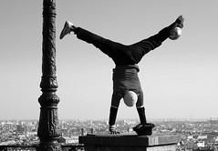 la balle au pied (lachaisetriste) Tags: blackandwhite bw paris foot nikon noiretblanc ballon montmartre nb sacrcoeur ciel rue acrobate homme spectacle acrobatie d80