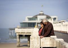 Koppel op de Pier (De Kust) Tags: water pier wandelen gebouw kust koppel sfeer bezienswaardigheid senioren wandelaars