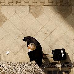 Aussichten. (__J) Tags: street shadow man berlin guy march view pavement trolley balcony balkon fromabove sidewalk views mann aussicht schatten mrz 2010 neuklln sideway radweg koffer brgersteig vonoben aussichten strase sigma1770 rollkoffer canoneos400d weserstrase gehweh