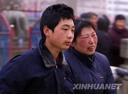 家属们痛哭流涕等待亲人被救出