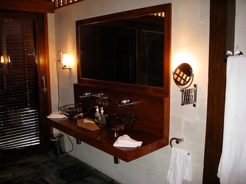 Ciemna nowoczesna łazienka z dużym lustrem