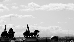 Cudrigas (Esther Molin) Tags: madrid city sky espaa cloud silhouette statue spain view ciudad cielo vista silueta estatua nube chariot granva charioteer crculodebellasartes cudriga