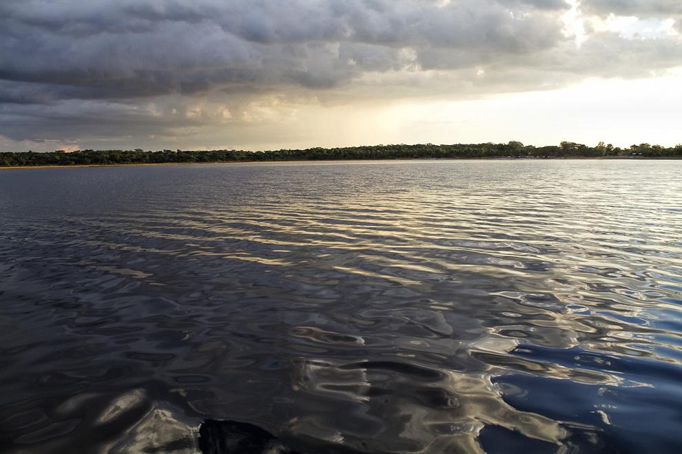 Navegando las aguas de Laguna Blanca. (Santa Rosa del Aguaray, San Pedro, Paraguay - Tetsu Espósito)