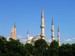 2010 istanbul 224 (ebruzenesen - esengül) Tags: turkey türkiye istanbul mosque ottoman cami deniz mavi sultanahmet bulut minare kubbe architec yeşillik süsleme alem şadırvan avlu tarihiyapı ebruzenesen muslimcultur dikiltaş