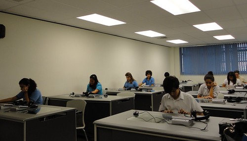 Finalistas escribiendo ensayo de verificación