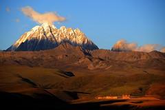 The sacred Mount Zhara Lhatse 5820m at sunset, Tibet (reurinkjan) Tags: nature prayerflag lungta sacredmountains mywinners tibetanlandscape     janreurink ommanipemehung tibetanplateaubtogang kham buddhism tibet sacredmountainsoftibet dardocounty zharalhatse5820m19094ft lhaganggompa minyaglhagangyongdzograbgilhakangtongdrolsamdribling chortenmchodrten nyingmapasherda prayerflagsonstaff landscapeyulljongs naturerangbyung sunsetnyirgas lhagang 2010