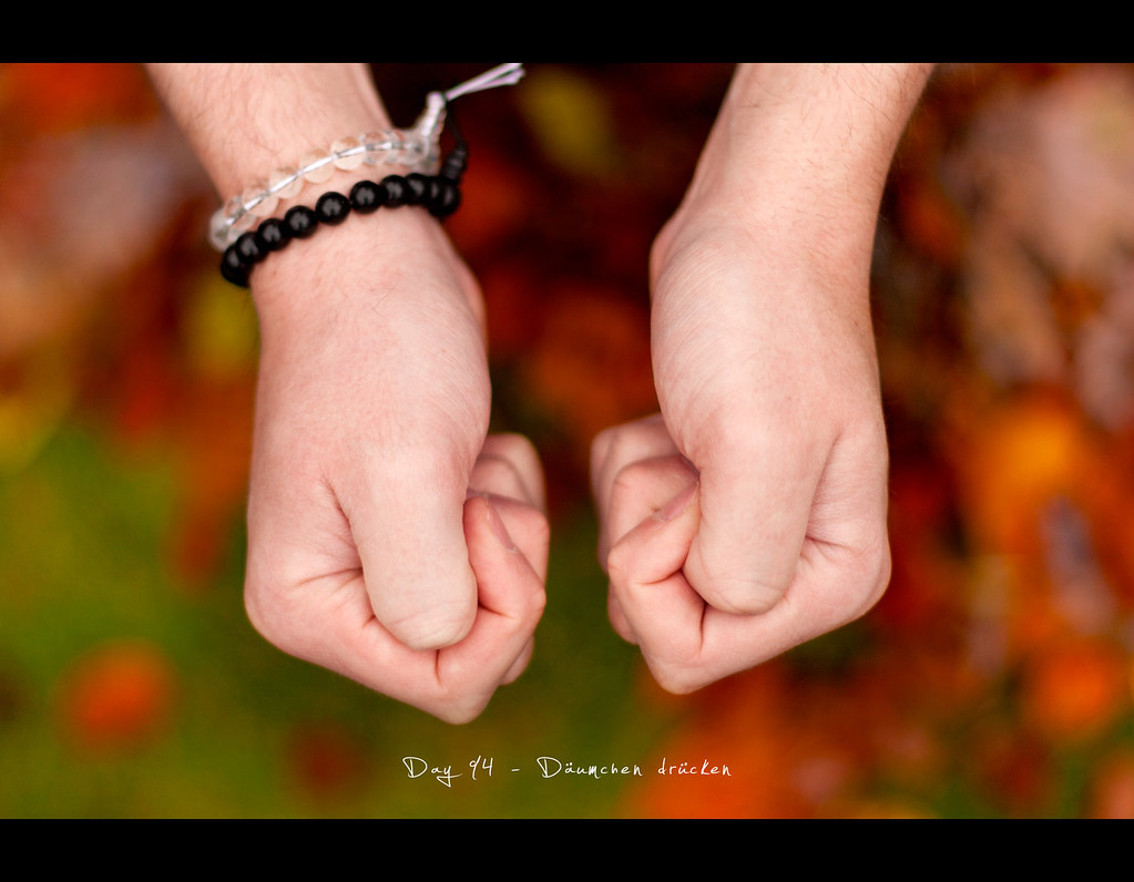 Day 94, 094/365, Project 365, Bokeh, Self Portrait, project365, däumchen drücken, Daumen drücken, hold your thumbs, fingers crossed, fingers, hands, autumn, leaves, Germanic Superstition, kobold, imp, oudailychallenge