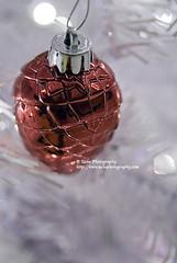 acron ornament (simis) Tags: christmas red silver bokeh ornament acorn fromarchives bokehcircles ehbd hbwe