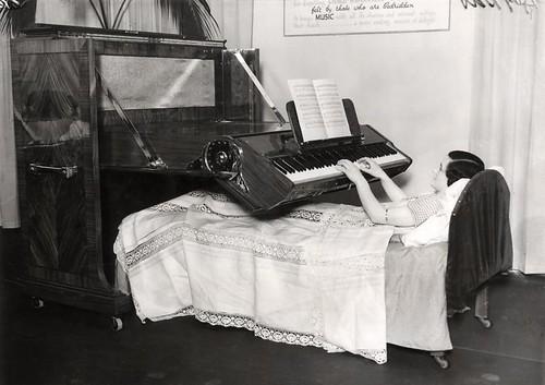 Piano voor aan bed gebonden zieken / Piano for the bedridden