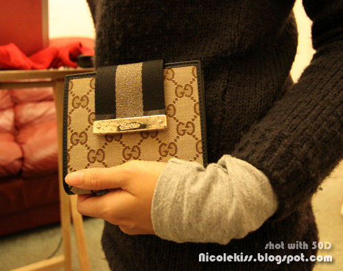 holding Gucci cruise wallet GG fabric