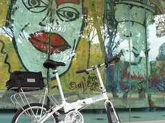 Dahon Vitesse D7 (chinnian) Tags: park cloud white art bicycle graffiti singapore berlinwall 2009 foldingbike dahon pcn bedokreservoir foldie vd7 kingsoffreedom vitessed7 parkconnectornetwork denniskaun
