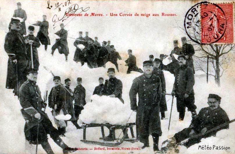 corvée de neige pour des militaires aux Rousses pendant l'hiver 1907