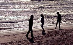 Postal (: metamorfosis :) Tags: contrast mar gente ombra sombra playa personas arena contraste jugar tres catalunya postal silueta tri sitges gent negre catalua mediterrneo platja oceano sorra filtro robat mediterrani robado persones