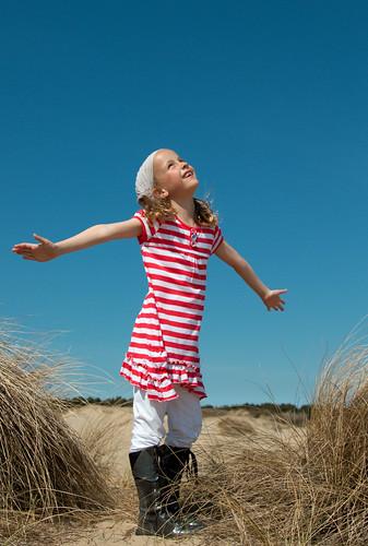 フリー写真素材, 人物, 子供, 少女・女の子, 見上げる,