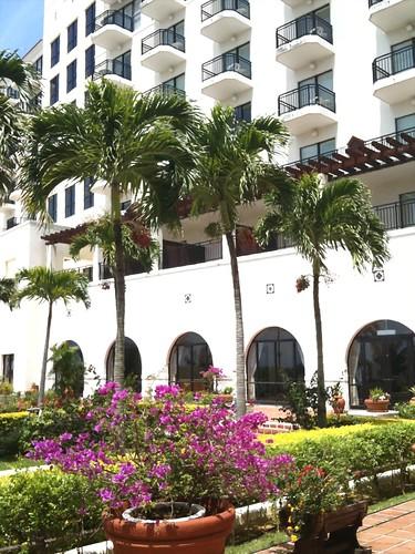ホテルの裏は電波状況が悪いので、ちゃんと中継できるかどうか判りませんが、中庭からビーチを散歩するついでに、ust中継してみます。風が結構強い!けど、それが暑さを和らげて気持ち良い。