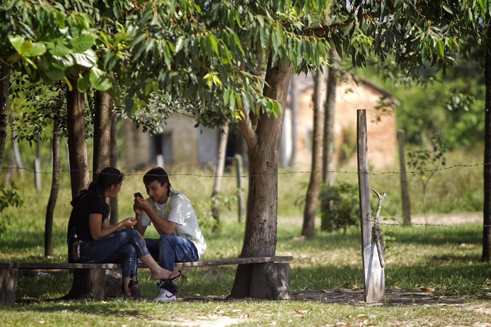 Novilleando (término utilizado para describir el flirteo) una tarde calurosa en la Ribera de Puerto la Niña. (Puerto La Niña, San Pedro, Paraguay - Tetsu Espósito)