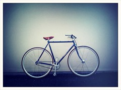 _mumm's singlespeed / arosa de luxe (gatan rossier [trucnul]) Tags: up bike cat de schweiz switzerland alley  slow suisse crossprocess 3g singlespeed fixie messenger fribourg grn pimp polo pista luxe app saddle vlo brooks arosa piste iphone gruyre socialiste cologie cyclable livraison dveloppementdurable lesverts glne municipalit cafdelapresse coursier trucnul gatanrossier2010 kreepz kreepzch