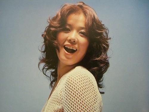 サマーニットのカーディガンを着ているパーマヘアーのひし美ゆり子の画像