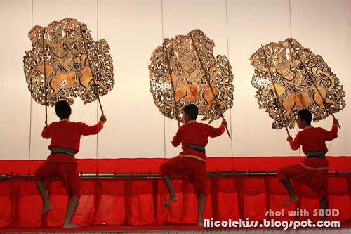 trio dancing to wayang