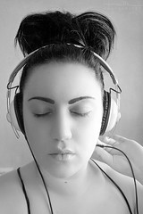 Chute musical (Malia Len ) Tags: portrait music woman white black face canon photo retrato negro panasonic malia headphones conceptual msica rostro auriculares blaco malialeon