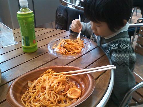 一分でもポケモンがしたい息子様のご希望でコンビニ弁当ランチ… 俺もラーメンとか食べたいです…