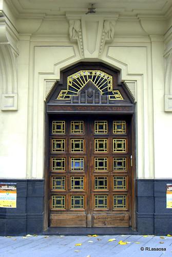 """Puerta del edificio llamado """"La Vasco Navarra"""", en la avenida de San Ignacio"""