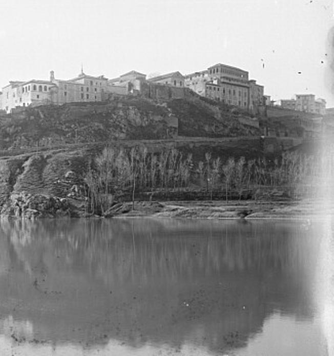 Convento de Santa Fe hacia 1887 antes de ser derribado parcialmente para ampliar el Paseo del Miradero. Fotografía de Casiano Alguacil (detalle)