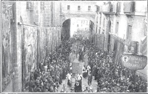 La procesión del Congreso Eucarístico de 1926 pasa por Arco de Palacio.