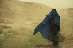 [フリー画像] [人物写真] [女性ポートレイト] [砂漠の風景] [アフガニスタン人]       [フリー素材]