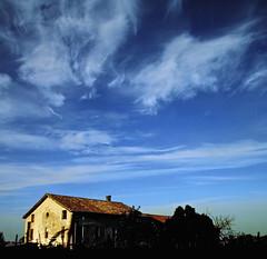 If the ultimate roof was the sky - Se il vero tetto fosse il cielo (Robyn Hooz) Tags: blue roof sky house canon casa italia tetto blu sigma os hills cielo polarizer distillery padova clielo veneto colli 18125 polarizzatore hsm euganei cyrrus cirri mywinners flickrdiamond 1000d panoramafotogrfico