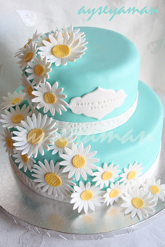 Tiffany's blue cake with daisy flowers