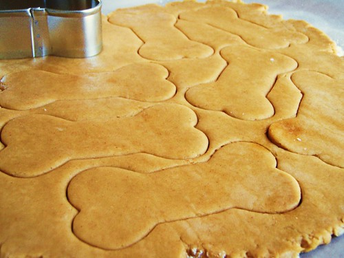 peanut butter dog treats in dog biscuit shapes - 06